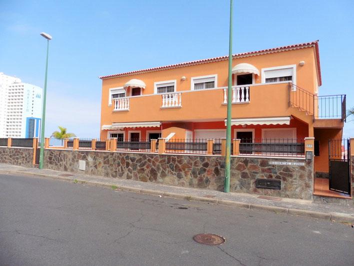 Straßenansicht vom Doppelhaus und auf de r linken Seite sieht mann das Hotel Maritim.