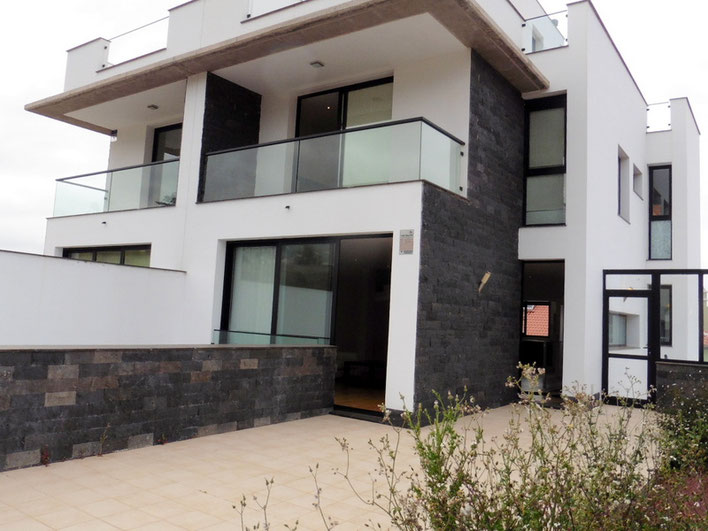 modern gebautes Zweifamilienhaus in großzügiger Bauweise