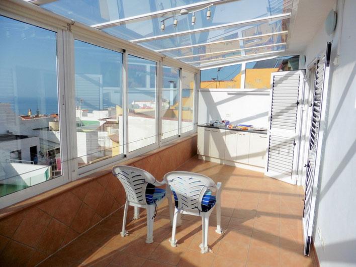 Balkon in einer Form von einem Wintergarten mit Meerblick