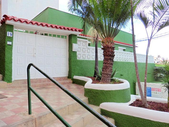 Eingang zum Haus durch eine großen weißen Tür