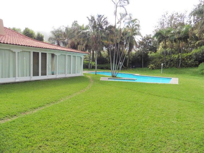 Seitlicher Blick auf das Haus und Pool