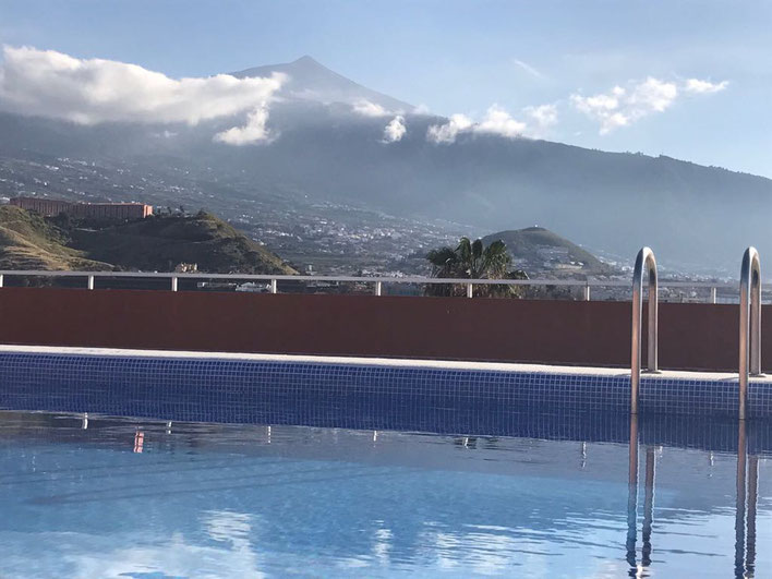 Blick aus dem Pool in Richtung vom Teide. Mann  kann das gesamte Orotava-Tal sehen.