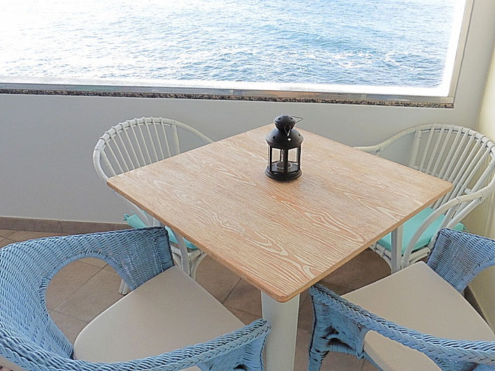 Meerblick vom Frühstückstisch auf dem Balkon