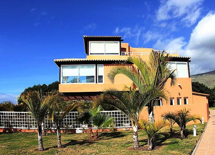 Bild: Ansicht der 3 Etagen Villa auf einem Golfplatz auf Teneriffa