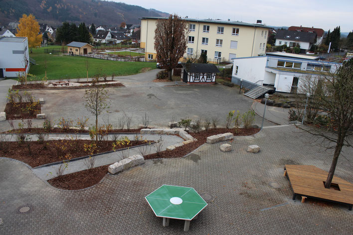Blick auf die neu gestalteten Schulhöfe - noch fehlen diverse Sitzgruppen und die Überdachung im Kioskbereich.