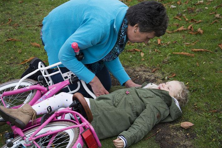 Kind mit dem Fahrrad gestürzt, von Grossmutter betreut.