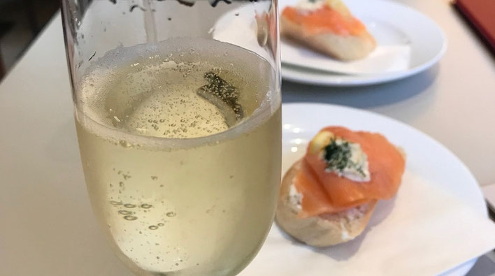 スパークリングワインとサーモン