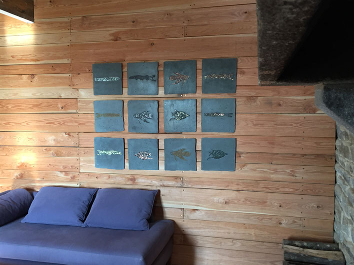 "Installation de 12 ""fossiles"" de 30 x 30 cm"