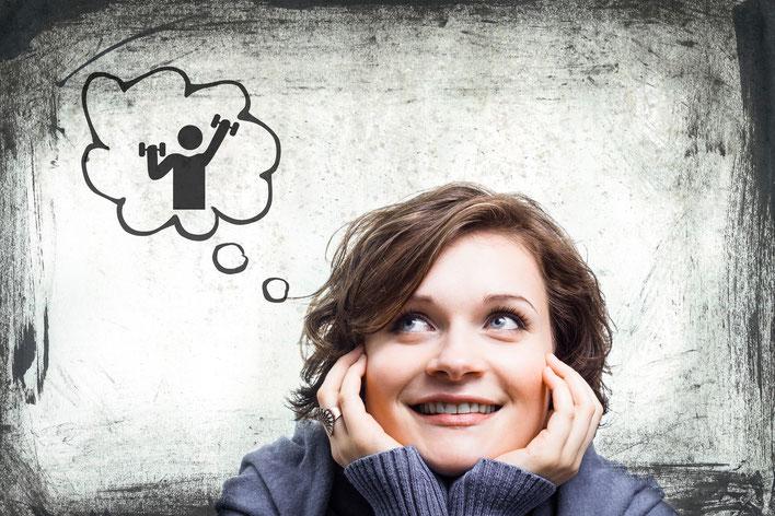 Frau denkt an Sport mit einer Gedankenblase