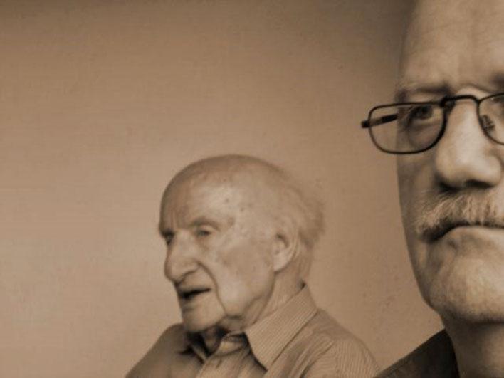 Pedro Meier – Gerhard Meier 88. Geburtstag 2005 im Gartenhaus in Niederbipp alias Amrain (Suhrkamp und Zytglogge Autor) – Photo © Pedro Meier Multimedia Artist/ProLitteris – »Selfie-Art-Project«, Ateliers: Olten, Bangkok, Niederbipp bei Solothurn Bern