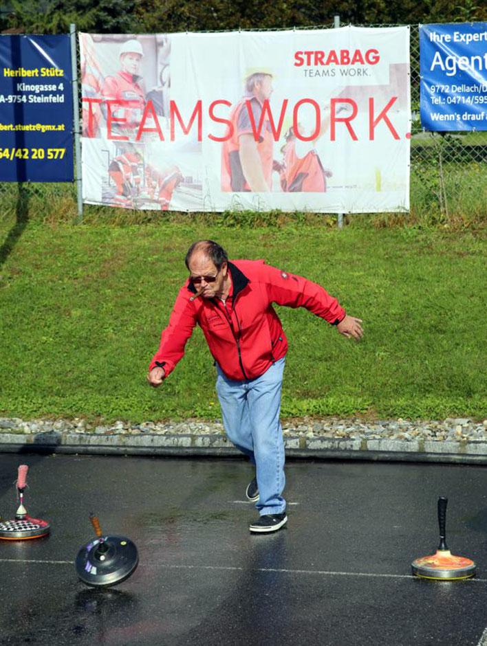 Spielleiter Helmut Thaler mit unvermeidlicher Zigarre und Spezialauflage