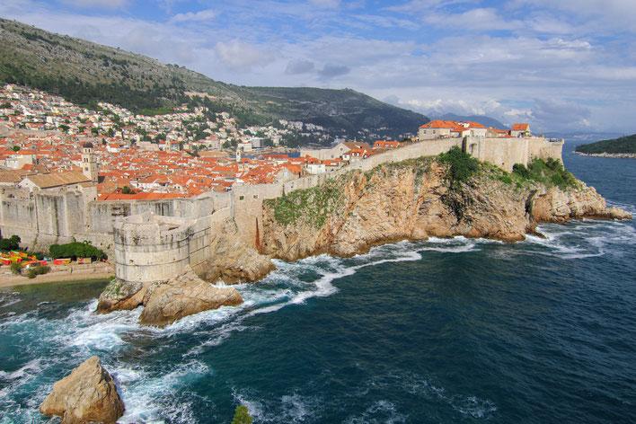 Blick von der Festung Lovrijenac auf die Altstadt von Dubrovnik und die Festung Pokar.