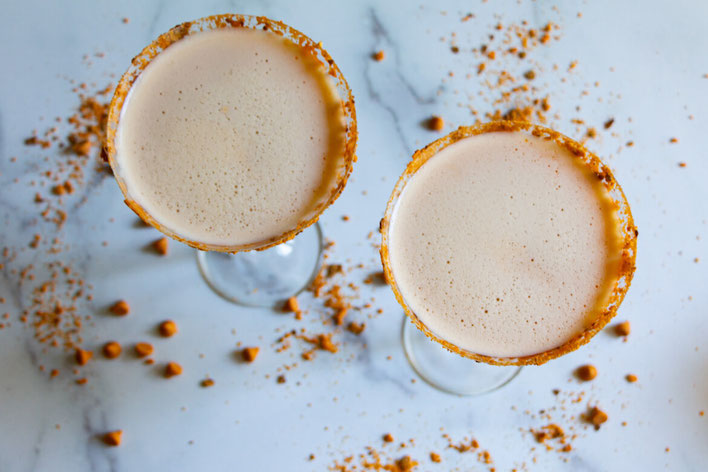 Love spiked hot chocolate? This Butterfinger drink recipe will become a favorite Butterfinger dessert. It's one of the easiest butterscotch drinks & butterscotch schnapps drinks! #butterscotch #hotchocolate #butterfingers #whitechocolate #halloweencandy