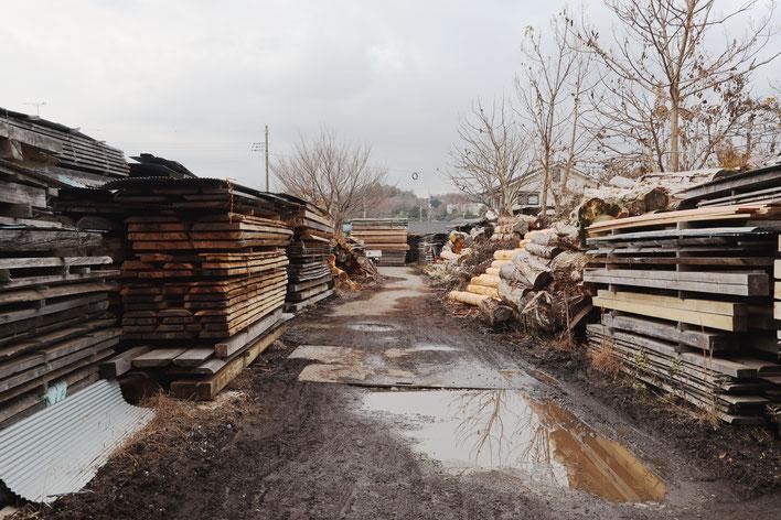 貯木されて製材された材は天然乾燥されます。