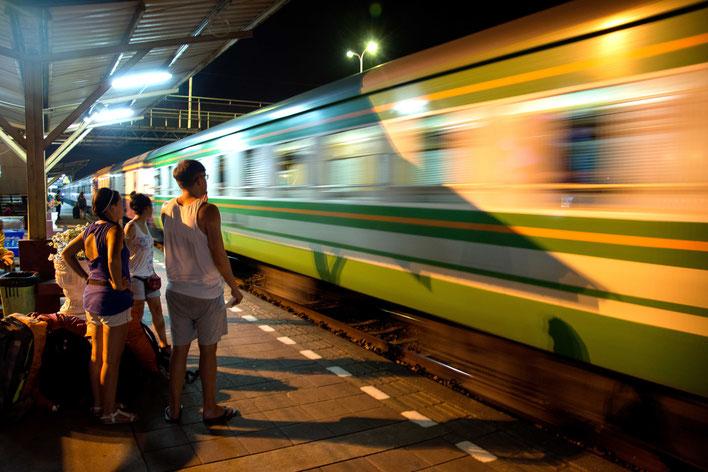 Warten auf den Zug Nacht Reise Thailand nach Bangkok Martin Matok
