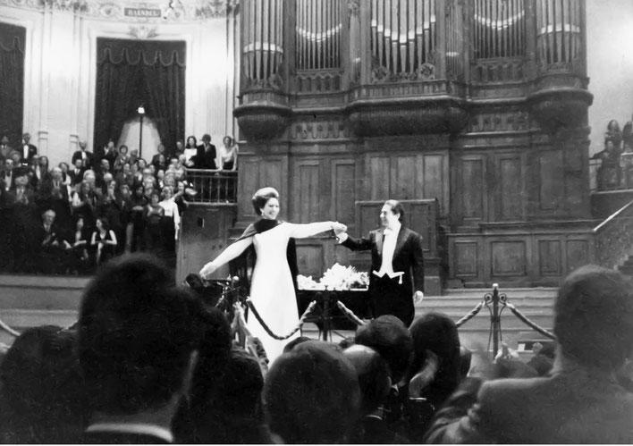 写真:1973年のマリア・カラス引退世界ツアー(アムステルダムにて)ディ・ステファノとともに聴衆の喝采に応えるマリア・カラス。