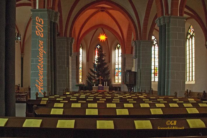 Adventssingen in der Stadtkirche von Hofgeismar, Kirchenschiff mit Tannenbaum und Weihnachtsstern.