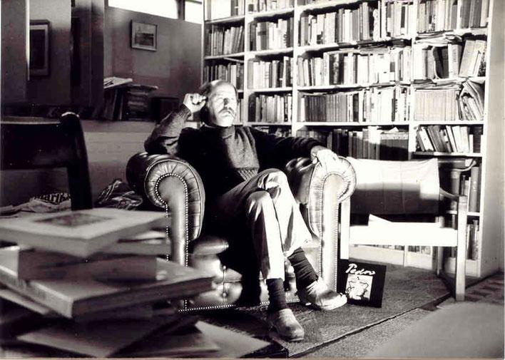 Pedro Meier – Atelier-Bibliothek um 1984 mit antikem englischem Ledersessel – Alte Gerberei Aarburg Schweiz – Photo © Pedro Meier Multimedia Artist / ProLitteris – Niederbipp – Bangkok – Selbstbildnis