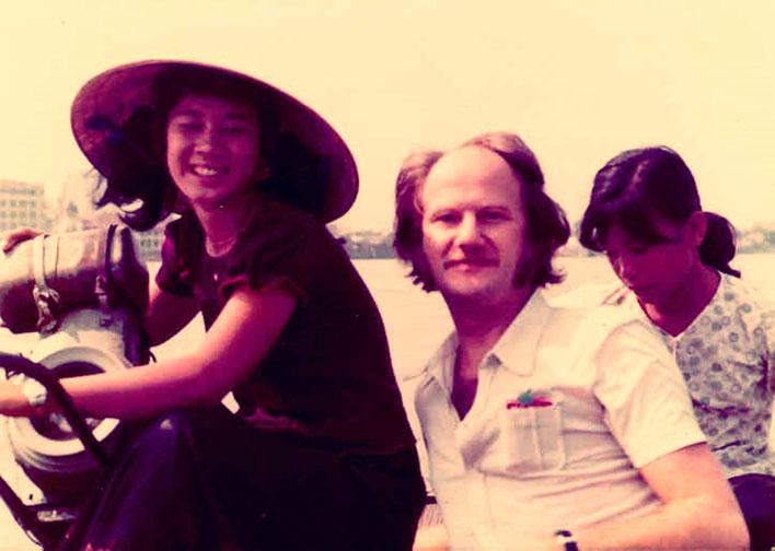 Pedro Meier – Saigon 1971 auf dem Saigon River in einem Sampan Boot – noch mitten im Vietnamkrieg – Photo © Pedro Meier Multimedia Artist/ProLitteris Zürich Visarte – Basel Art Berlin – Bangkok Art Group – Gerhard Meier-Weg Niederbipp Bern Oberaargau
