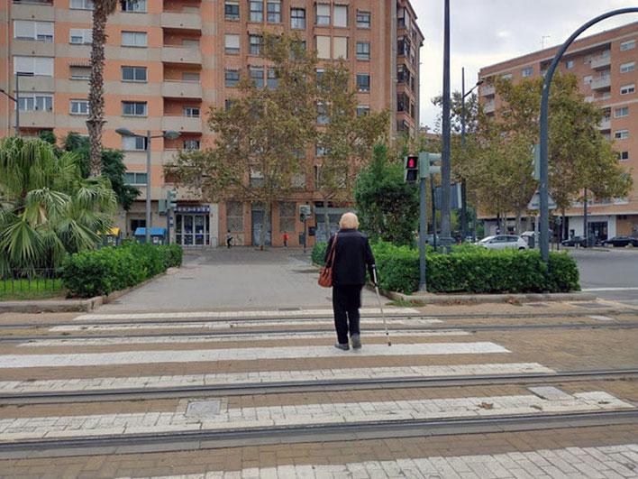 Señora mayor que  tampoco respeta nada semáforo en rojo teniendo la con movilidad reducida en Valencia.