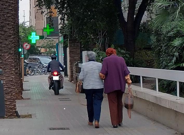 Las motos son un peligro circulando por las aceras en  la Ciudad de Valencia.