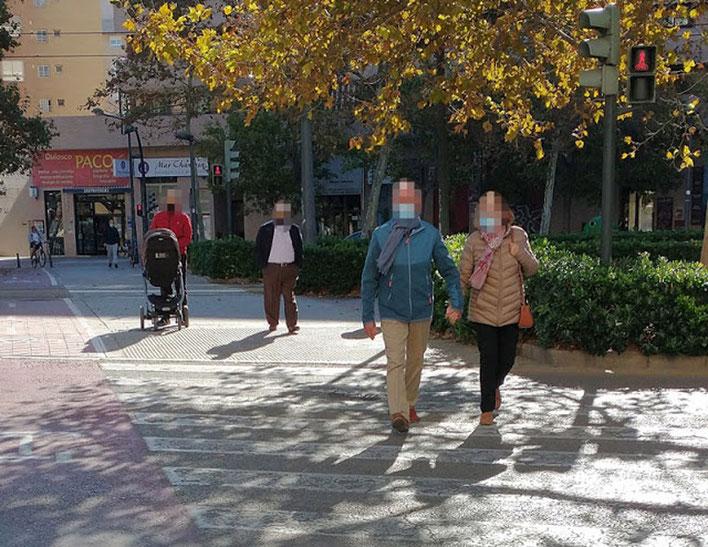 Los peatones o viandantes  tampoco respeta los semáforo en rojo en Valencia.
