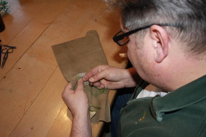 Besticken der handverarbeiteten der einzelnen Hirschlederhosenteile