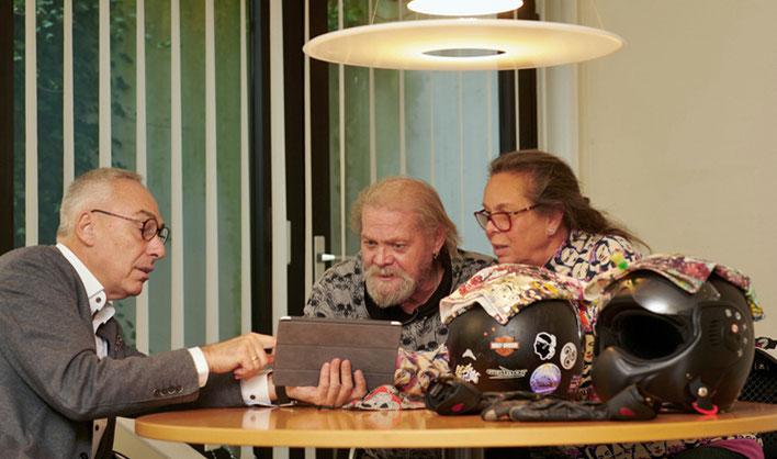 Rainer Mayer mit einer Kundin bei der Beratung über Personenversicherungen