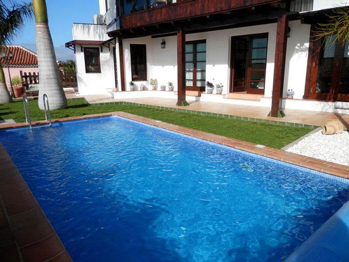 Blick vom Pool auf die Villa in Tacoronte die im kanarischen Stil gebaut ist.