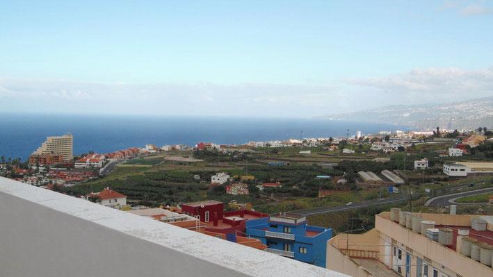Panoramablick bis zum Meer über die Dächer von Puerto de la Cruz