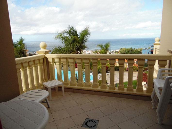Gefliester Balkon mit Traumblick auf das Meer im Norden der Insel Teneriffa.