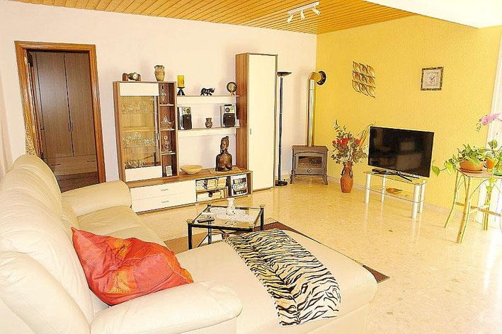 Wohnzimmer mit geschlossenem Kamin