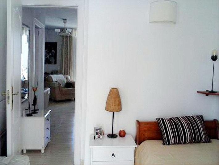 Blick vom 2. Schlafzimmer in den Wohnbereich