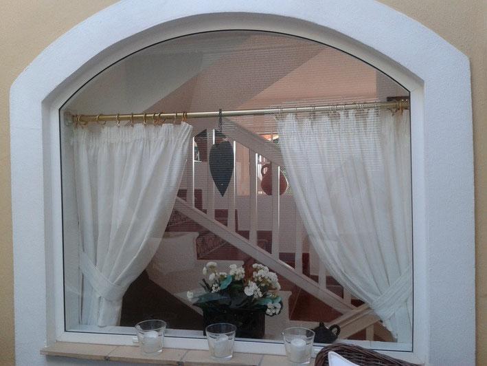 Blick von der Sitzecke auf die Treppe zur oberen Wohnebene