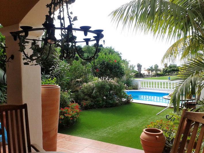 Blick von der Terrasse auf den Pool von der Villa