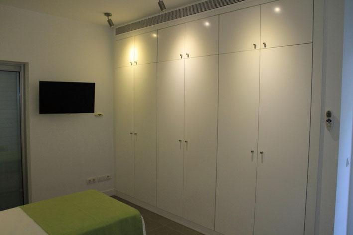 Kleiderschrank und Fernseher im 4. Schlafzimmer