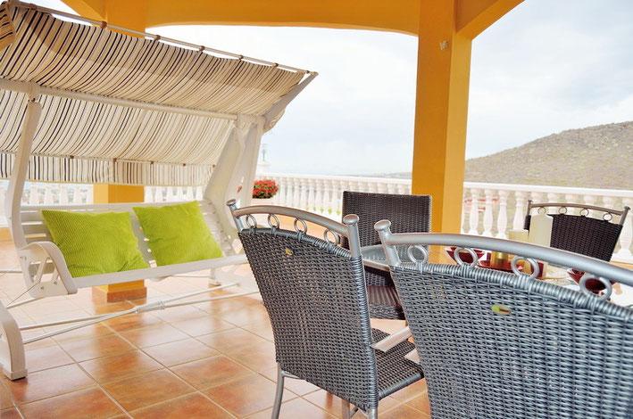 Sitzecke auf einer der Terrassen vor dem Esszimmer und Wintergarten