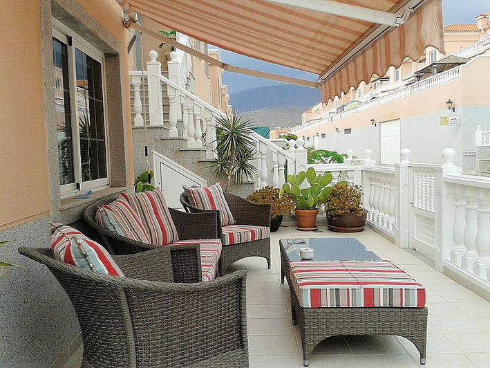 Terrasse vor dem Hauseingang mit Markise