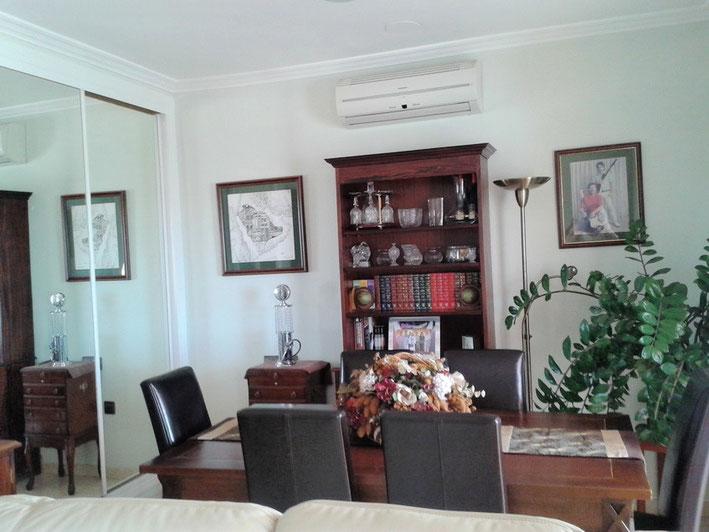 Essbereich mit verspiegelten Einbauschrank in der linken Bildseite.