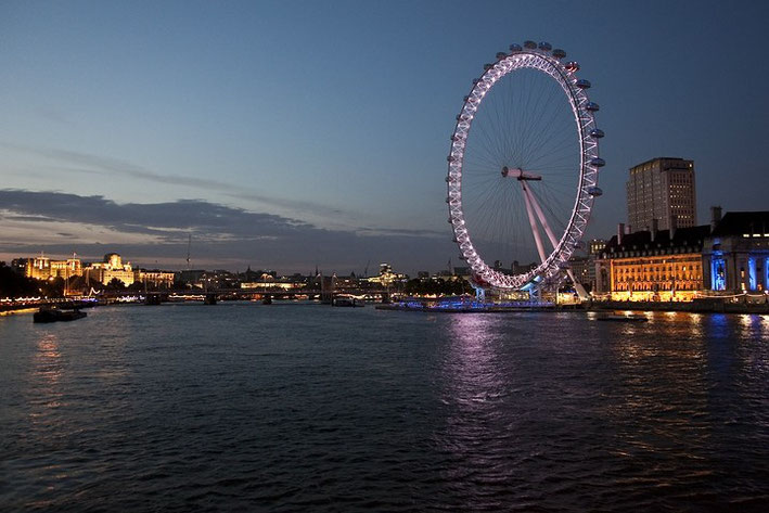 London Eye ist das Riesenrad nahe der Westminster Bridge.