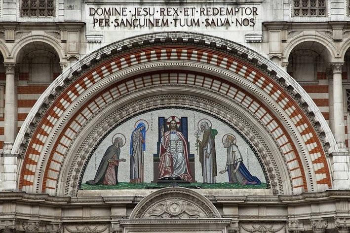 Besonders schön gestaltet ist die Portalfront der Kirche.
