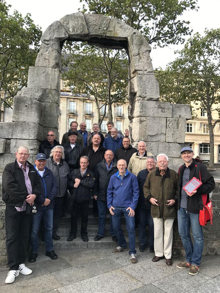 Gruppe bei einer Stadtführung in Köln am Torbogen des Römischen Nordtors, Domplatte Köln