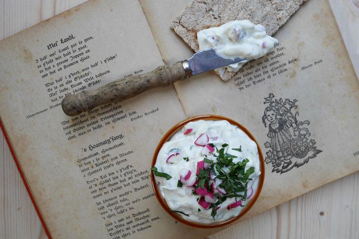 Radieschen-Kräuter-Aufstrich, für die Jause, vegetarischer Aufstrich mit gesunden Radieschen