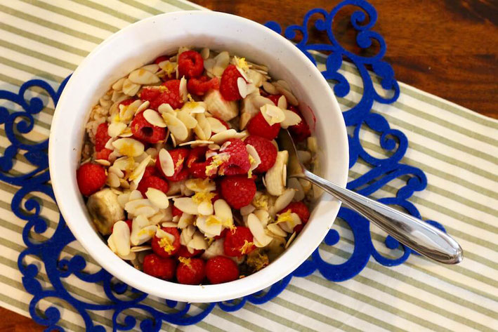 Love one-pot recipes? Try this sweet Almond Raspberry Banana Baked Rice. It's a cross between a casserole, a side dish and, of course, a filling breakfast. #healthyrecipes #onepotmeal #weightloss #plantbased #glutenfreerecipes #brownricerecipe