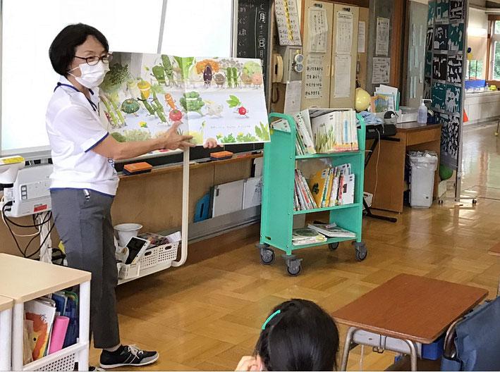 図書室の利用制限があるなかで、司書による教室での読み聞かせを実施。