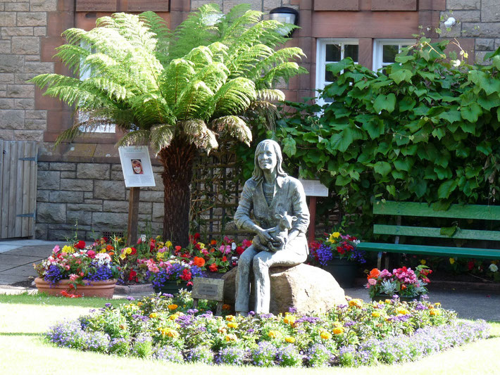 Der Linda McCartney Memorial Garden in Campbeltown  mit einer Bronzestatue
