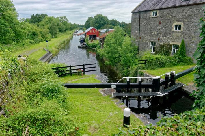 Mit dem Hausboot auf dem Grand Canal in Irland
