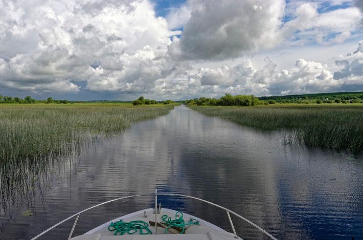 Mit dem Hausboot auf einem Seitenarm des Shannon in Irland Richtung Kilglass