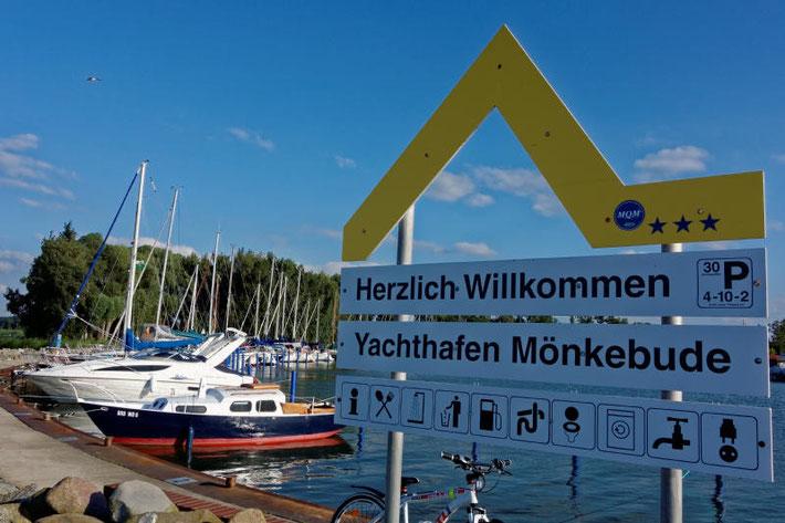 Ein Gelbe Welle Schild im Yachthafen Mönkebude