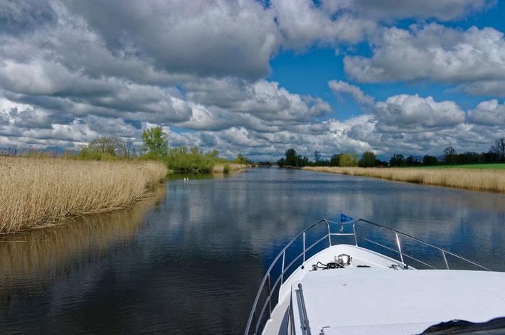 Mit dem Hausboot auf der Peene im Mecklenburg-Vorpommern